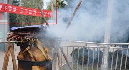 年关将至杀年猪 男子自家楼顶燃火熏肉引火灾