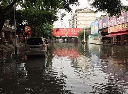 广西桂林暴雨致16位村民被困,一家养猪场被淹!