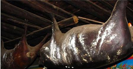 农村这块猪肉挂屋顶30年,却成无价之宝,城里人抢着买!