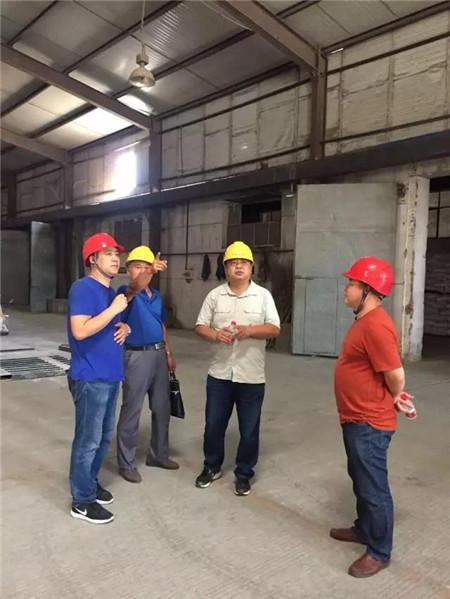 9月4日,哈尔滨市香坊区安全生产监督管理局领导小组莅临哈尔滨金新农参观并指导安全工作,安监局小组一行三人在隋宝林厂长的陪同下来到生产车间