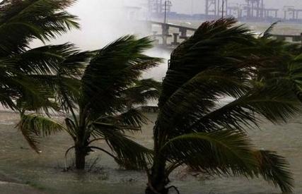 """据中央气象台预报,今年第17号台风""""古超""""(热带风暴级)目前位于南海东北部海面上,9月6日中午以后强度逐渐减弱,可能在台湾南部海面减弱消失,也可能于7日晚上在福建南部登陆(5-6级)。"""