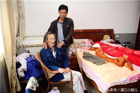 朱永双是家里的顶梁柱,全家五口人,主要靠他一人养活。他的母亲70多岁,父亲80几岁,常年在轮椅和病床上,爱人有糖尿病,为了治疗并发症导致的视网膜出血,动了6次手术花了10多万。