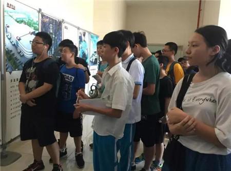 9月8日上午,来自海南中学的45位师生及家长,在省团委副书记陈屿的带领下,参观了罗牛山产业园冷链物流、肉类屠宰等项目。产业园工作部副总经理卢胜民陪同参观。