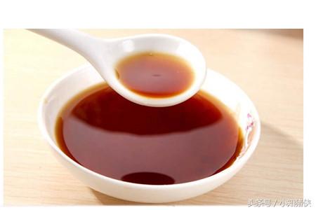 3.米醋,米汤各半斤,将20克大蒜捣烂,用醋米汤烧开冲调拌料,治小猪肠炎拉稀。