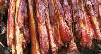 香肠腊肉飘香 今年价格走低 专家:四川生猪供给充足