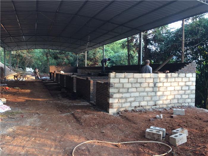 说到养猪建猪场这事,相信建过的人都知道,花钱的地方不是材料,而是人工。这个小小的猪场就图中这一点点砖,和地下的下脚都花了半个月的时间了,请了3个人,每人一天150块钱。