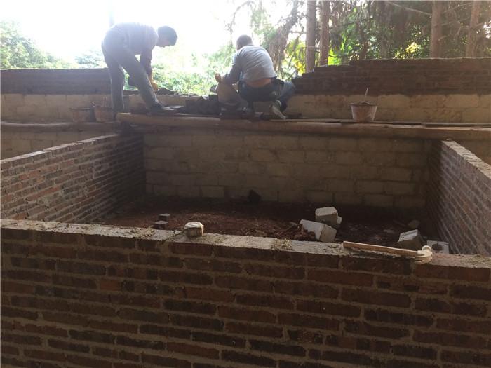 2个工人建猪栏,一个人搬砖。