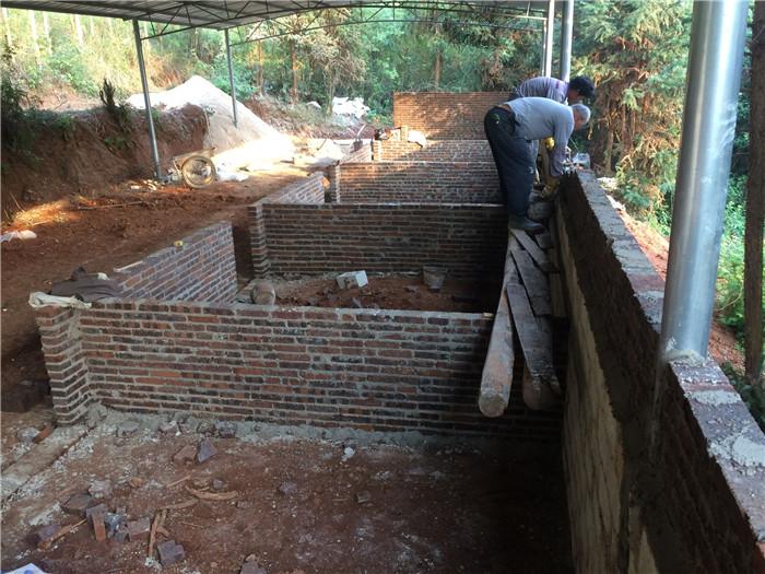 每个猪栏砖头的高度为1米!