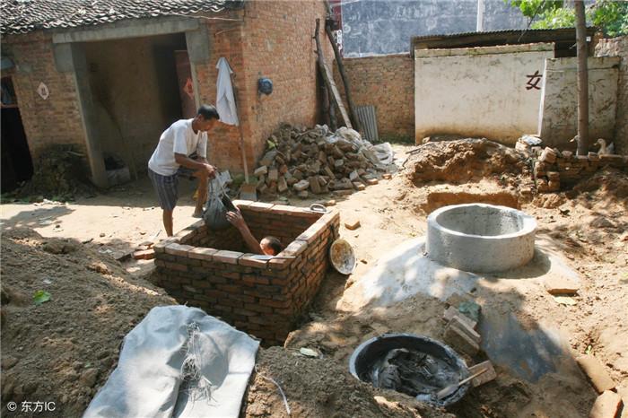 正在院内修建沼气池。