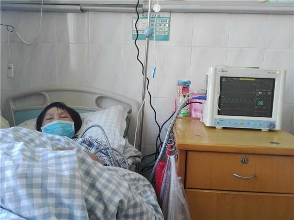 3、因为是农民家庭长大的孩子,所以林庆惠过早的懂事,成熟,也知道为家人分担了。他的母亲苏翠连在2017年11月份的时候,被检查出宫颈细胞癌晚期。医生说,苏翠连的身体状况不允许再做手术,只能做化疗,放疗还有中医辅助进行治疗,费用大约在30万左右。得知消息的林庆惠不敢相信电视剧里经常看到的的情节竟然出现在自己母亲身上。