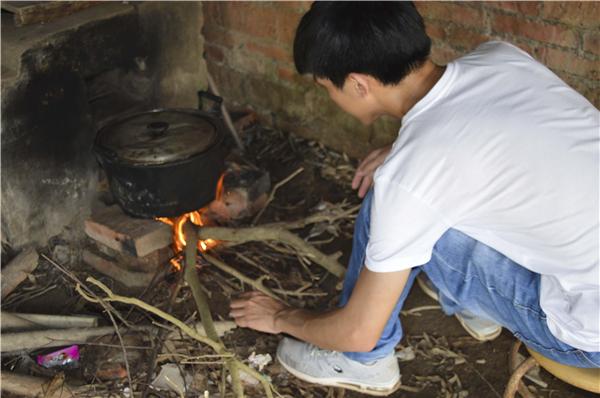 5、好在林庆惠所在的学校中午有两个小时的休息时间,每次到家后,林庆惠就赶紧给母亲做点饭吃,一口一口的喂完母亲。然后迅速穿上围裙去猪圈,开始拌猪饲料和打扫猪留下的粪便。看着小猪越来越肥硕,林庆惠总是露出欣慰的笑容,在他心里这是母亲生的希望。