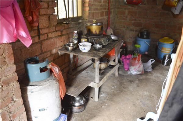 6、林庆惠说母亲从生病到现在已经已经花去了近30万元,该借的亲戚朋友都借遍了,这几年父母为了供他们三兄妹读书,几乎处于无存款的状况,母亲后面的治疗费用还没有下落,这是一家人现在最犯愁的事情。图为家里厨房的一角。
