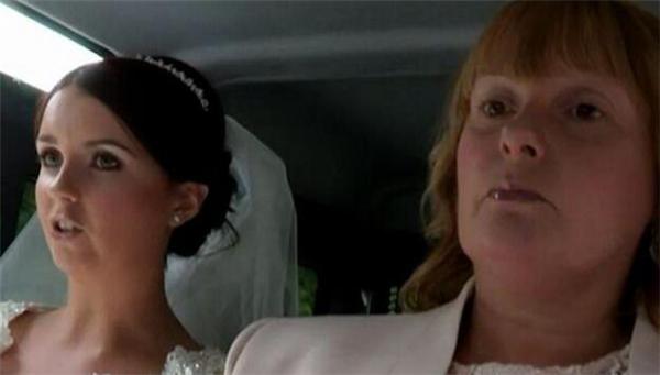 他满心欢喜地以为新娘会很高兴,但事实上史蒂芬早在前往婚礼的途中就气炸了。当知道婚礼会在充满泥泞的农场举行时,史蒂芬的母亲也非常不满。