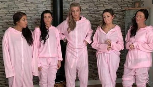 此外,为了配合「猪」这个主题,伴娘团被要求穿上粉红色的「猪衣服」,让她们觉得很瞎眼。
