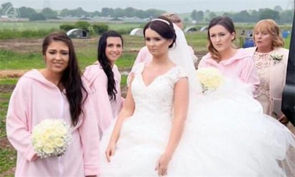 新娘看到这一切之后气得不愿意跟比利讲话,「我不想要什么主题婚礼,只想要一个普通的婚礼。