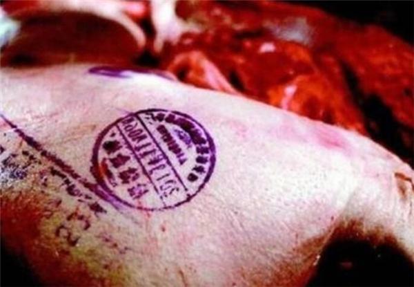 """猪肉身上的""""红章""""和""""蓝章""""是怎么回事?看看就知道了!"""