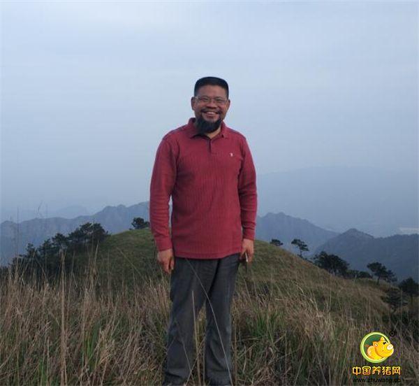 何勇原是湘南学院教师,1994年辞职下海,是金牌律师,创办律师事务所,2009年放弃一年赚几百万的律师事务所,回湖南宜章莽山,用古法养猪,自称牧猪人。
