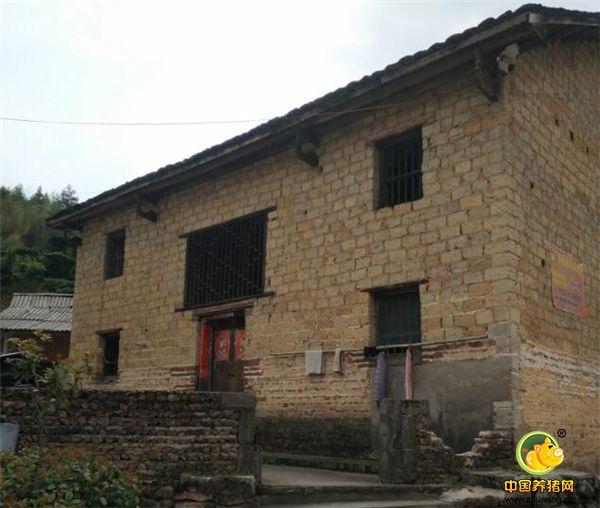 湖南宜章县莽山乡西岭村跳石子自然村(第5村民组),是一个瑶族聚居的山村,2014年,这个瑶寨人平纯收入仅1600元,属特困村组。