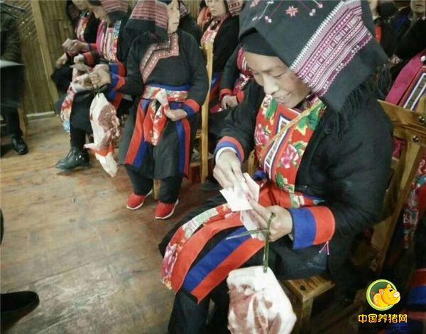 牧猪人何勇带领村民脱贫致富,2017年底合作社社员就分红了,每户分红5000元,另外还分了10斤黑豚肉。