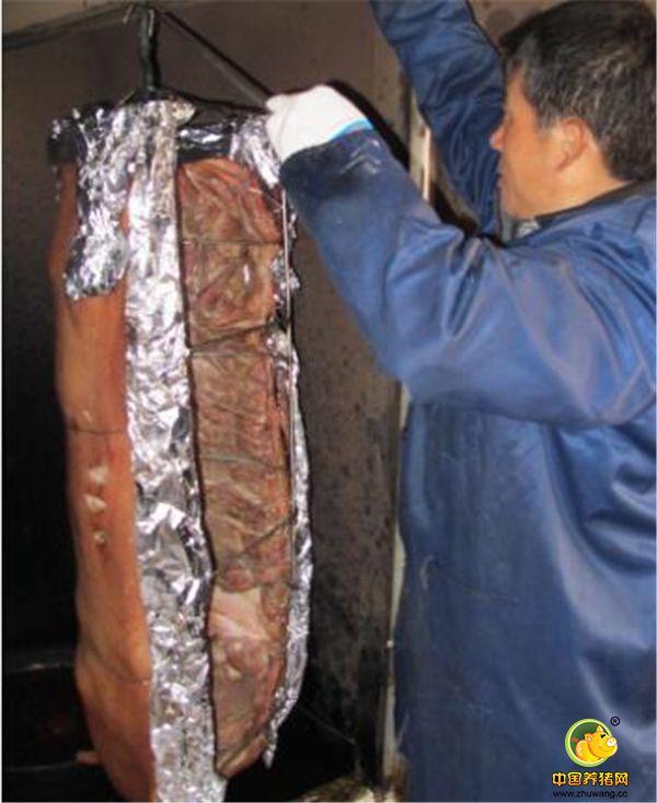 开始烤制第一头猪就失败了,找原因,电机转的太快,换电机,然后开始烤制,经过三次失败终于成功了。在这个过程中他前前后后烤坏的大猪有600多斤,由于无法销售,只好分给亲戚朋友,那几天朋友们都吃腻了。图为庄广民正在烤制大猪。炉内的温度有260多度,庄广民仔细用锡纸把大猪边沿包好,防止烤糊。