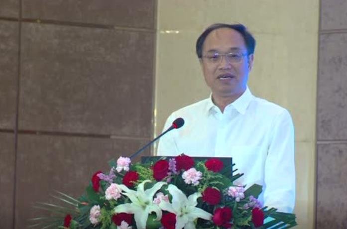 湖北省畜牧兽医局副局长易俊东在猪业大会上发表欢迎辞