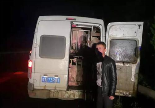 猪肉贩子非法运输20多头生猪!被交警逮个正着!